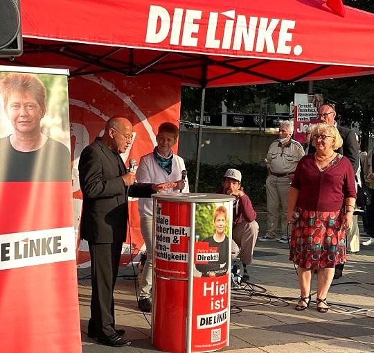 Gregor Gysi und Petra Pau auf einer Wahlkundgebung am EASTGATE