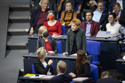 Petra Pau, Die Linke, MdB nimmt ihre Wahl zur Vizepräsidentin an; Foto: DBT, Janine Schmitz
